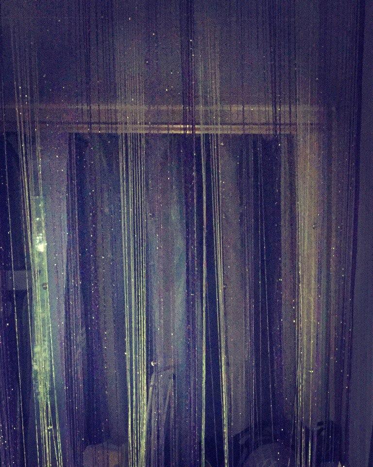 Кисея Дождь радуга с шарами col 1+12+205 в интерьере