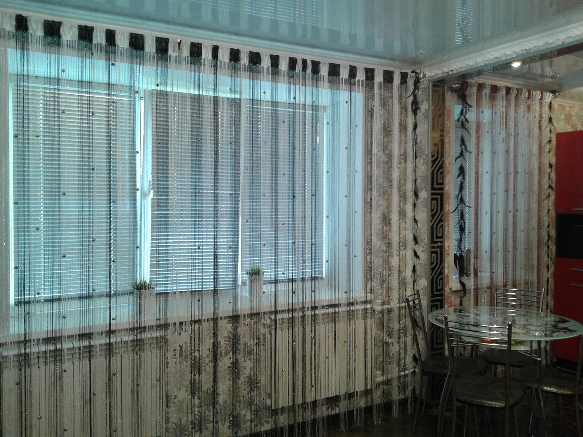 Кисея Дождь радуга с шарами col 31 в  интерьере